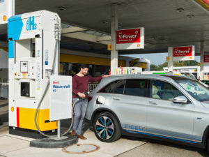 Mercedes-Benz F-Cell refuels at Shell Bremen H2 Station